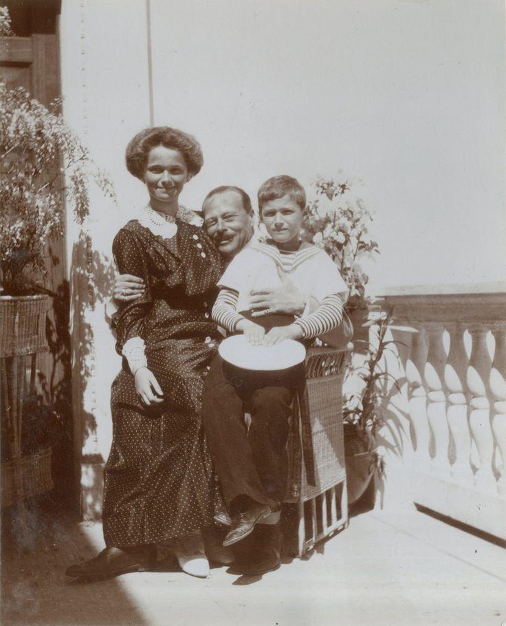 Grand Duchess Olga Nikolaevna com seu tio o Grand Duke Ernst de Hessen and by Rhine e seu irmão o Tsarevich Alexei Nikolaevich no Livadia Palace, em 1912. <3 <3