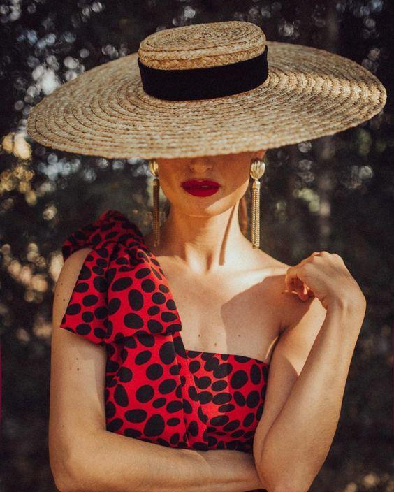 Combinación maravillosa. Rojo brillante+rouge de labios+pendientes especiales largos dorados. #invitada10