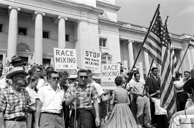 Большая группа расистски настроенных жителей Литл-Рока, штат Арканзас с лозунгами Остановить смешивание белой и черной рас и Расовое смешивание - это есть коммунизм (1961 год)