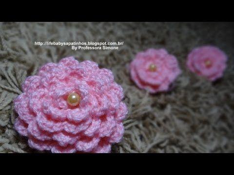flower CROCHET easy and lovely :) .....  Flor para aplicação em Crochê com Pérola - YouTube.... more: http://pinterest.com/gigibrazil/crochet-flowers-flores/