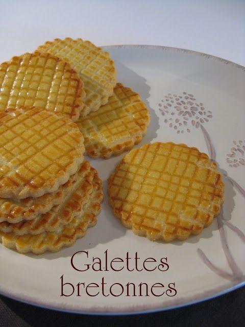 GALETTES FINES BRETONNES (Pour 35 pièces : 130 g de beurre frais de Baratte mou, 80 g de sucre, 1 g de sel de Guérande, 2 jaunes d'oeufs, 245 g de farine fluide T.45, dorer avec 1 jaune d'oeuf délayé avec 1 c à s de lait)