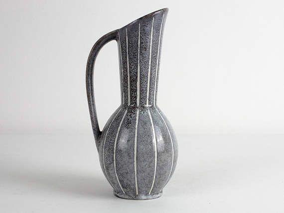 grijs met witte sgraffiti patroon keramische vaas door