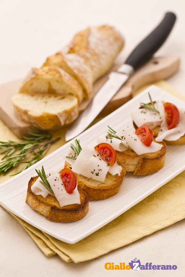 Bruschette lardo e rosmarino (lardo and rosemary bruschetta)
