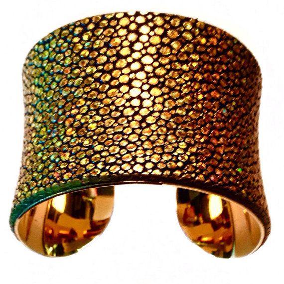 Metallisches Gold Stingray Leder Manschette Armband von UNEARTHED