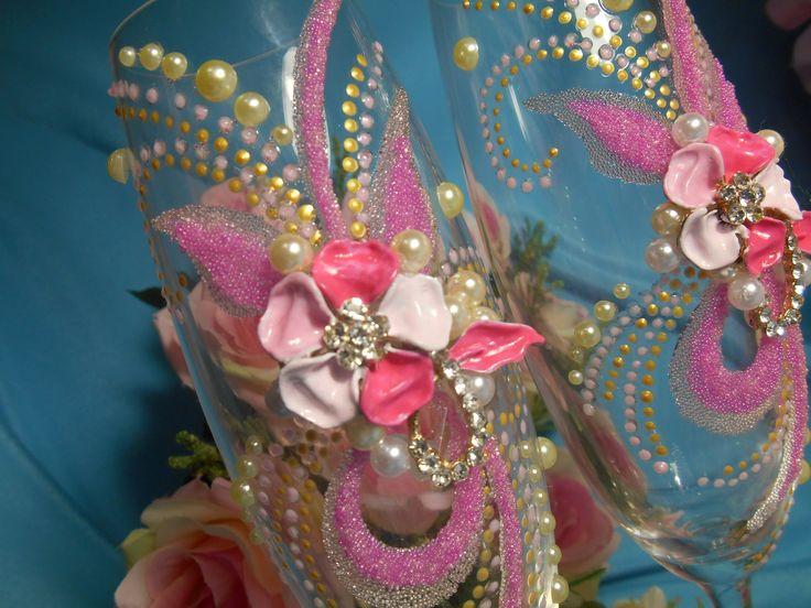 """Свадебные бокалы из серии """"Соло"""".Декор: ювелирное украшение в розовых тонах, бисер,стразы, жемчуг, роспись акрилом.Ручная работа."""