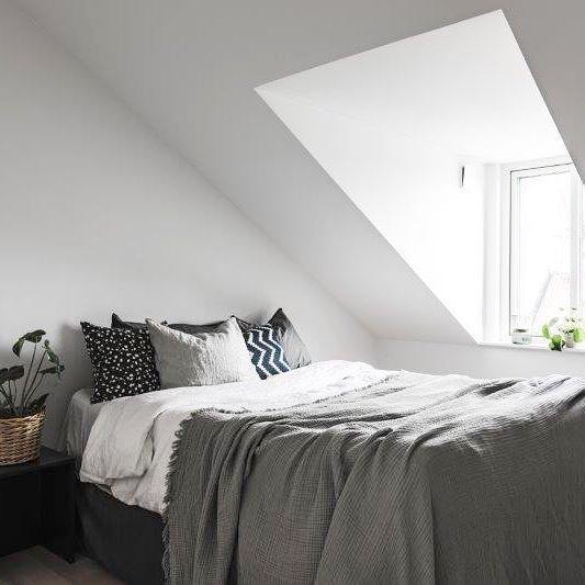 Perfect master bed from Project HG9 #bedroom #sovrum #bed #vind #vindsvåning #nyproduktion #newdevelopment #loft #loftapartment #vasastan #stockholm #grey #styling #takkupa