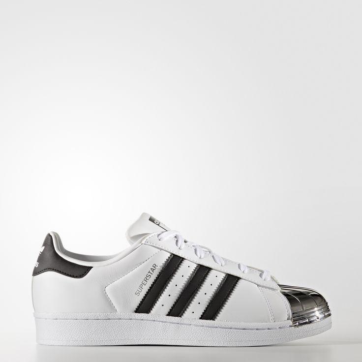 Der adidas Superstar ist ein Sneaker-Klassiker, den man sofort an seiner charakteristischen Shell Toe erkennt. Bei dieser Version für Frauen haben wir der legendären Zehenkappe einen Metallic-Look verpasst, der dem Schuh High-Fashion-Appeal verleiht und dennoch dem traditionellen Superstar Erbe treu bleibt.