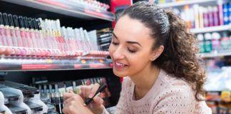 Kamu Hobi Mencoba Tester Makeup? Pikirkan Dulu Risiko Kesehatan Ini, Ya!