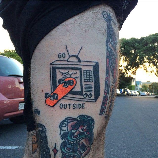 Tattoo outside skateboard. - Clube do skate.