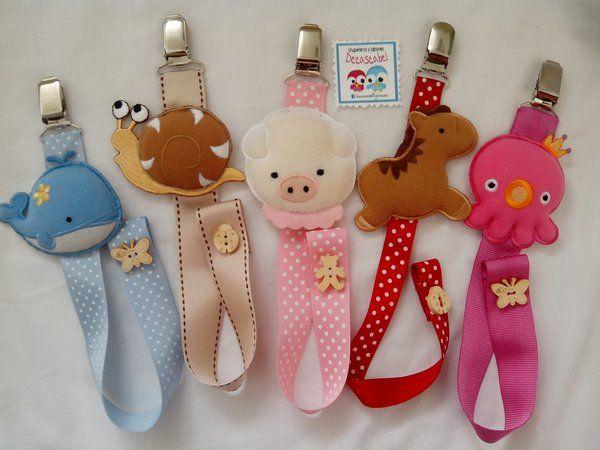 Chupeteros elaborados con cintas y muñecos. Puedes elegir entre distintos muñecos: ballena, pulpo, elefante, mono, gato, oso, cerdito, tortuga, rana, fresa y cerdito. Su precio es de 8 euros más...