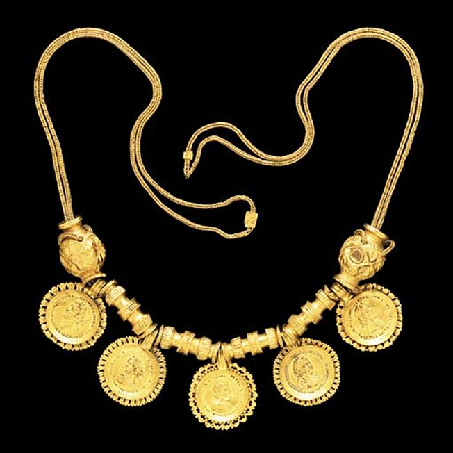 A ROMAN GOLD NECKLACE   Circa 3rd Century A.D.