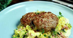 Lammfärsbiffar går snabbt att fixa till middag. Servera med gräddkokt savoykål.