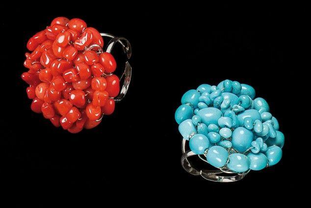FR - Anelli Fantasy con sassi di corallo rosso e di turchese, con base regolabile. Diametro cm 3,5. Peso gr 12. Disponibili anche in corallo rosa intenso, bianco rosato e bianco.