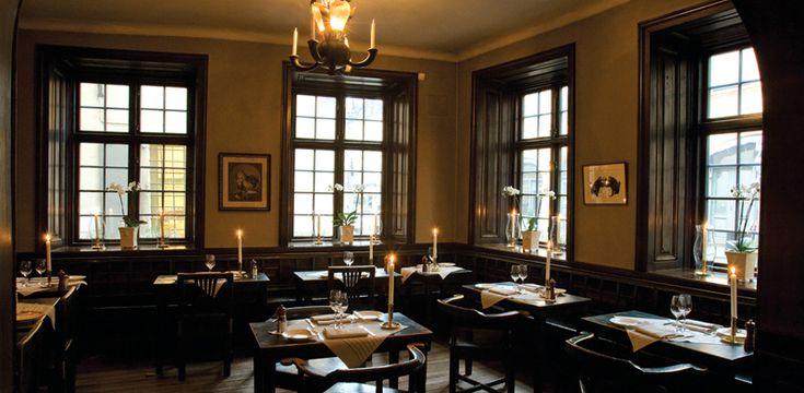Il ristorante Gylldene Freden esiste dal 1722 e non ha mai cambiato indirizzo. Propone un menù classico svedese di carne e pesce.