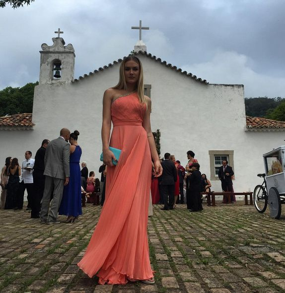Vestido coral de Fiorella Mattheis para casamento durante o dia/ orange dress for wedding during the day