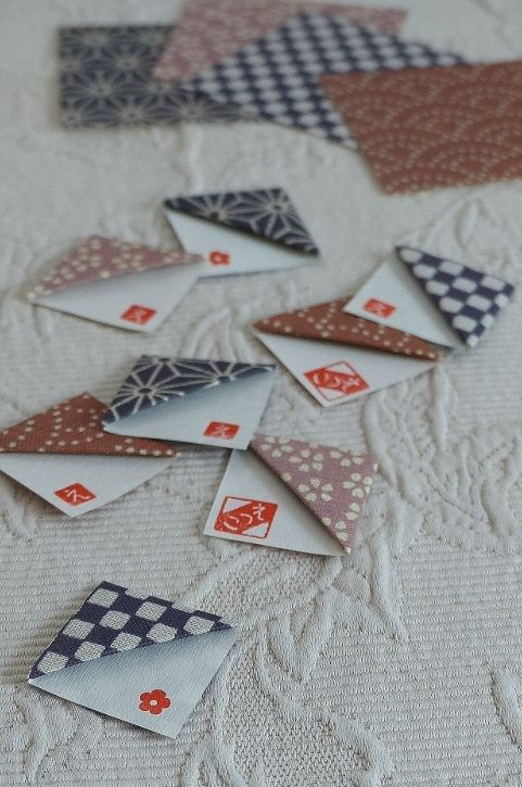 今回の折り紙は、ある雑誌に宇井野京子さんが「やさしいしおり」として紹介されていた「三角のしおり」です。ネットサーフィンするうちに、折り紙作家の小林一夫さんの「三角のしおり」という作品だとわかりました。【えつこのマンマダイアリー】