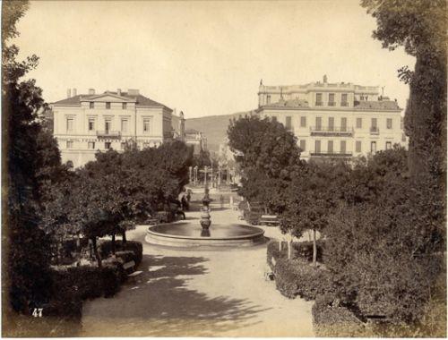 Πλ. Συντάγματος προς οδό Ερμού. Το συντριβάνι στο κέντρο αποτελεί μοναδικό σημείο αναγνώρισης –ακόμα και τα δέντρα ψήλωσαν (περίπου 1890)