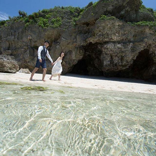 #前撮りレポ 📸💖 NO.23 ・ #cccr_wdphoto_okinawa ・ #前撮りtbt 💖 #水面ショット 🏄🏾 カメラマンさんが海に入って撮ってくれた写真です🙈💕 あまり見かけない構図でお気に入りの水面ショット‼️ この写真で海の透明度がお分かりいただけるかと🙈💕💕💕 瀬底島をオススメしすぎて、もう瀬底島の回し者レベルです(笑) ・ ・ 大安の昨日に、無事招待状発送してきました💌✨ あとは手渡し分もあるけど やっと一安心☺️ 招待状もdiy頑張ったので、みんなの手元に届いた頃に紹介させてください👯✨ ・ ・  #花嫁#プレ花嫁#前撮り#前撮り写真#前撮り撮影#ロケーション前撮り#weddingtbt#ロケーションフォト#ロケフォト#ビーチフォトウェディング#フォトウェディング#エンパイアドレス#2016秋婚#2016冬婚#海#沖縄#瀬底島#瀬底ビーチ#ウェディングニュース#marryxoxo