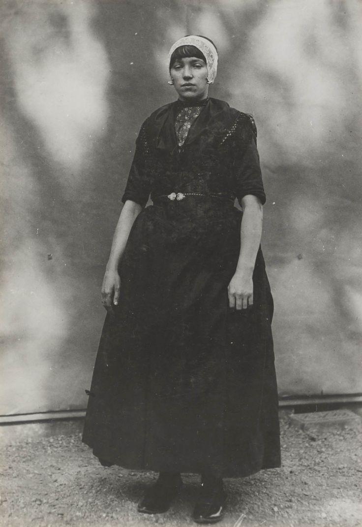 Meisje in Urker streekdracht. Ze is gekleed in de zondagse dracht De opname is gemaakt in 1913 te Amsterdam, tijdens het Klederdrachtenfeest. Dit was onderdeel van de festiviteiten rond de 100-jarige onafhankelijkheid van Nederland (1813-1913). #Urk