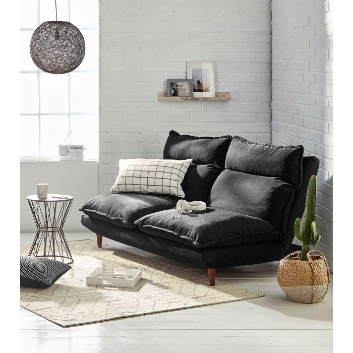 Kahden hengen Pop-up-sohvan molemmat istuinpuoliskot saa täyteen lepoasentoon. Tilaa musta sohva edullisesti Hobby Hallista.