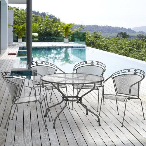 Doté d'une table en métal et de 4 fauteuils (empilables) de couleur anthracite, ce salon de jardin est de conceptions allemande.  La table, d'un diamètre de 1,05 mètre, offre un espace agréable pour des repas conviviaux sur une terrasse ou un balcon.  Nouveauté 2014 à présent disponible sur OOGarden
