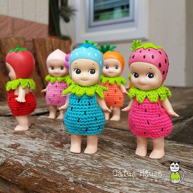 สตรอหลากสี ชุดกระโปรง หกสิบ บาท . บ้านนี้มีแต่ของน่ารัก มีแบบชุดให้เลือกชมมากมาย เชิญห้องนี้ค่ะ⤵⤵⤵ #Costumedoll_by_CatusHouse สนใจ ถูกใจ สอบถามได้นะคะ . Line id: catushouse . #sonnyangeljapan #sonnyangel #crochet #craft #custom #outfitdoll