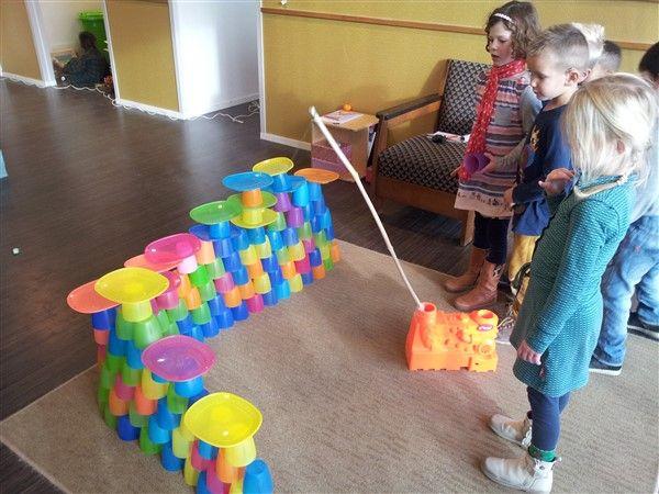 Techniekles: Sloopkogelen......Bouw een sloopkogel (jongleerballetje aan touwtje met steel in een standaard)...Bouw een muur, huis, schuur, om te (be) kogelen.......slopen maar! (Met dank aan de stevige bordjes, bekers en kommetjes van Ikea