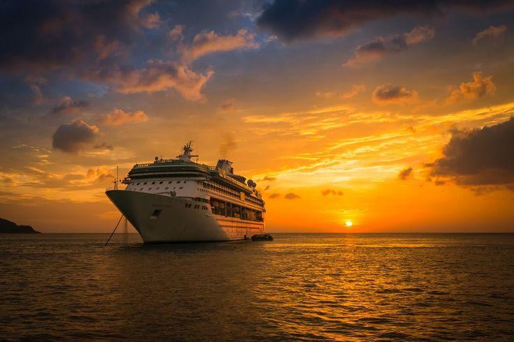 Un caldo tramonto thailandese nello scatto fotografico di oggi. In rada, Legend of the Seas, nave della flotta Royal Caribbean International, che regala agli ospiti a bordo una prospettiva di grande effetto per una romantica serata sotto le stelle …