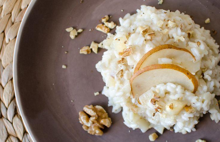Il risotto con pere e noci si prepara lavando il limone e sbucciando e tagliando in quarti le pere, mentre si triteranno le noci a parte qualcuna; si...