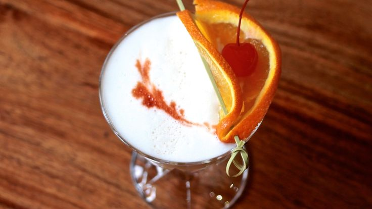 WHISKY SOUR: A classic beverage for a classic gentleman or lady. Mixed with Whisky, Lemon juice, Sugar syrup and an Egg white. Recipe on the blog.