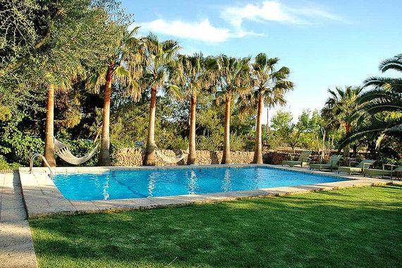 Nahe des Ortes Campos, inmitten ländlicher Idylle auf Mallorca liegt das Petit Hotel Es Figueral. Das ursprüngliche Bauernhaus wurde liebevoll saniert und lädt mit seinem schönen Garten und seinen Tieren wie Esel, Hund, Katze, Pfau zum Erholen ein. Das Petit Hotel Es Figueral verfügt über acht typisch mallorquinisch eingerichtete Zimmer sowie ein Appartement.