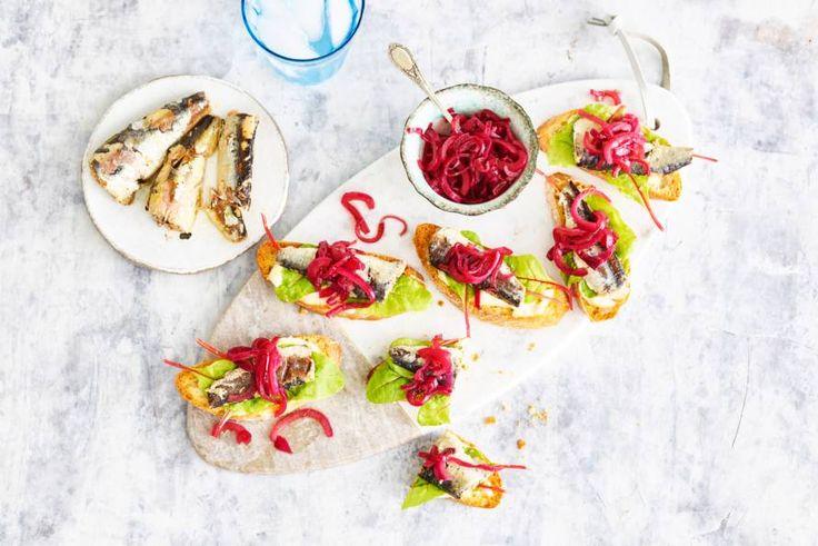 Eens wat anders dan tonijn uit blik? Probeer deze crostini met sardines eens! - recept - Allerhande
