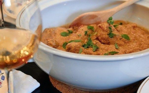 Курица в томатно-сливочном соусе.   Курица получается очень нежной, соус — насыщенным и ароматным. Замечательно будет с любым, простым гарниром.  Ингредиенты:   Курица — 1 кг Помидоры — 400 г Лук — 150 г  Сливки (10%) — 300 мл  Оливковое масло для обжарки — 3 ст. л.  Чеснок — 2 зубчика  Базилик — 1 пуок (20 г)   Приготовление:   1. Курицу, если берете целую тушку, хорошо промойте, обсушите, разделайте на порционные кусочки. 2. Лук нарежьте полукольцами, чеснок мелко порубите.  С помидоров…