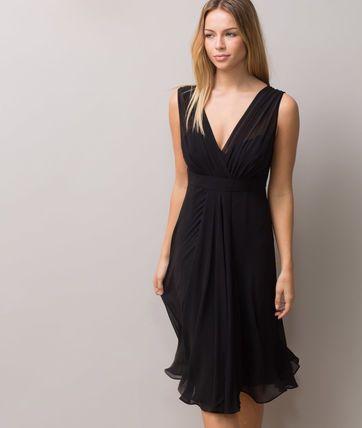 On craque pour la coupe ultra-féminine de cette robe noire en soie. On adore: - sa taille empire - sa couleur intemporelle - sa longueur sous genoux - son décolleté drapé croisé devant, en V derrière  Longueur de la robe: 77cm du haut de l'épaule jusqu'en bas pour la taille 38.  Comptez un centimètre en plus par taille. Notre mannequin mesure 1m78 et porte une T.36.