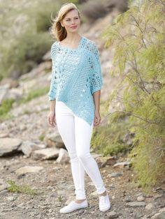 Ponchos liegen das ganze Jahr über im Trend. Dieses sommerliche Exemplar passt besonders gut zu leichten Hosen und luftigen Shorts.
