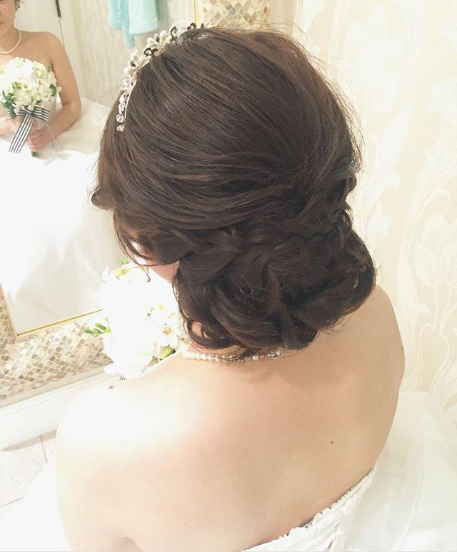 ベールの中は上品さが残る緩めのシニヨンスタイルでした♡ ルーズスタイルの中にもきちんと感をしっかり残したかったので編み込みは存在感が強く出過ぎない様にゆるーく編んでさりげなくポイントにしました #hawaii#hairmake#hairarrange#makeup#weddinghair#hawaiihairmake#weddingphoto#photoshooting#TerraceByTheSea#TheTerraceByTheSea#53ByTheSea#TAKAMIBRIDAL#テラスバイザシー#タカミブライダル#ハワイウェディング#ハワイヘアメイク#ウェディングヘア#ヘアメイク#ヘアスタイル#ヘアセット#ヘアアレンジ#花嫁#プレ花嫁#オシャレ花嫁#ウェディング#美容師#編み込み#シニヨン#ティアラ