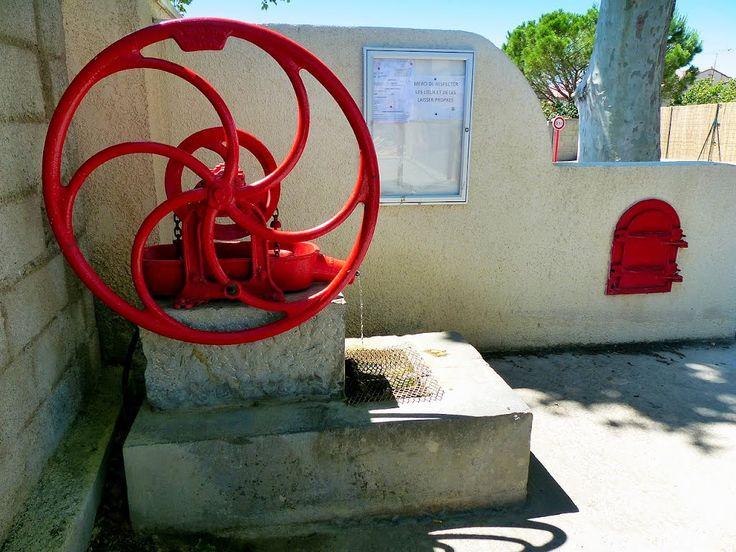 France, la fontaine une Source d'eau potable ou puits artésien à Vinassan