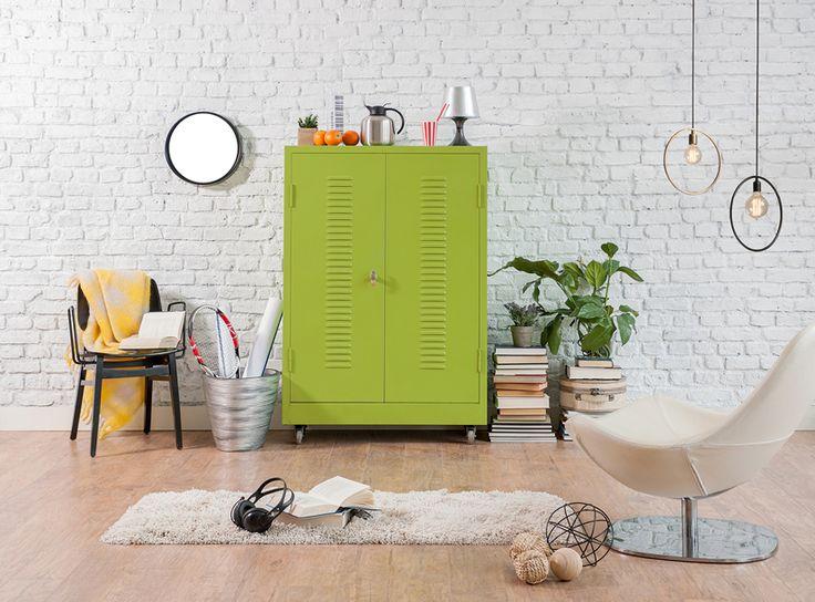 Metalowa szafka w kolorze nasyconej zieleni ożywi wystrój i doda wyrazu stonowanej aranżacji. Wykorzystujecie intensywne kolory w domowych wnętrzach?