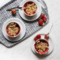 Crumble — rabarbar i truskawki zapiekane pod kruszonką