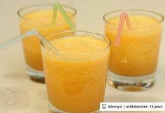Őszibarackos jeges tea - hozzávalók / 3 adag      1 db teafilter (fekete tea)     3 dl víz     2 közepes db őszibarack     0.5 citromból nyert citromlé     2 ek méz     3 db jégkocka