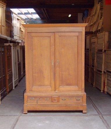 Antieke meubels uit de 18e en 19e eeuw in originele staat aangeboden bij Het Inboedelhuis in Gouda. Kom langs en bekijk de collectie.