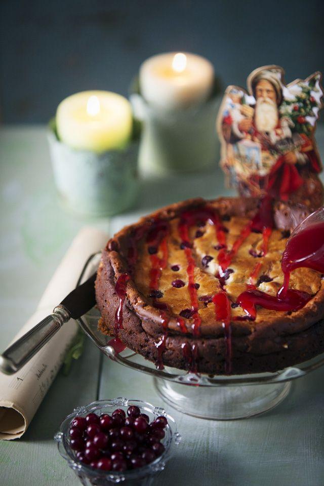 Piparijuustokakku karpalo täytteessä maistuvat kaneli ja mantelilikööri. juustokakku joulu