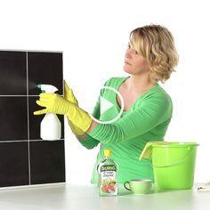 Ärgern Sie sich über Schlieren beim Fensterputzen? Möchten Sie Ihre Fenster zukünftig streifenfrei putzen? Holen Sie sich für Ihre Fensterreinigung Unterstützung durch natürliche Mittel! Essig- oder Citro-Essenz im Fensterputzwasser schaffen streifenfreien Glanz, denn sie entfernen Schmutz und Kalk. Für streifenfrei saubere Fenster dosieren Sie 2 Tassen Essig- oder Citro-Essenz auf 5 Liter Wasser. Nach dem …