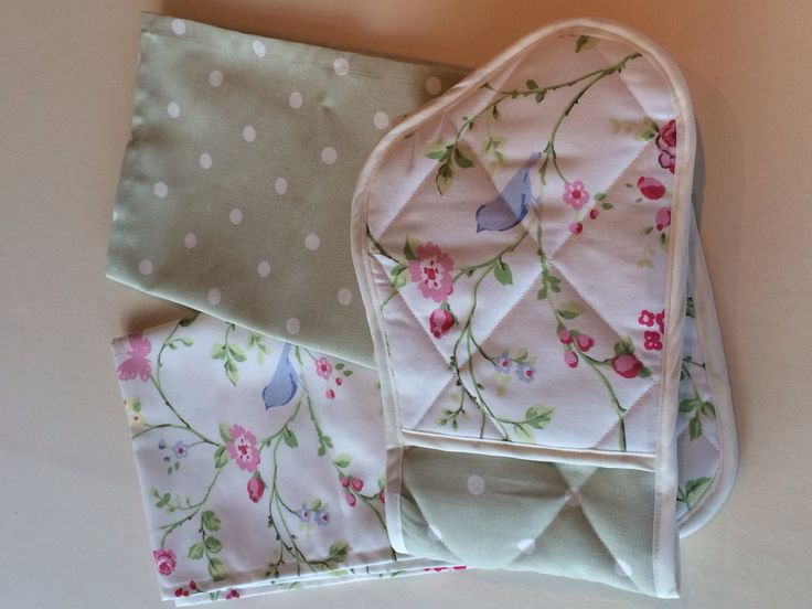Kitchen set comprising oven gloves and 2 matching tea towels. £20 the set, both available individually. www.curtainsbyemmajane.co.uk