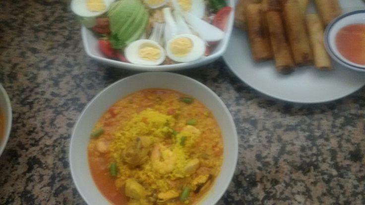 Ensalada mixta.arroz caldozo y rollo de primavera de verdura.xon.carne