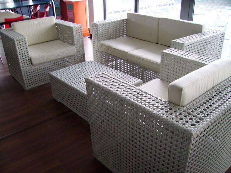 Tris divani bianchi