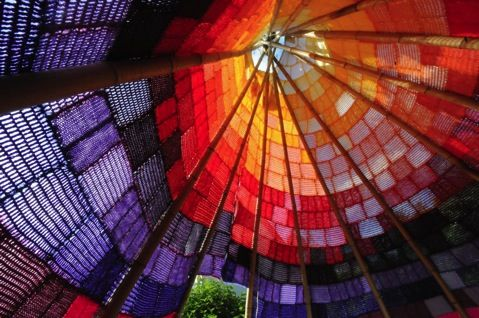 das tipi, knitted tipi from German B-Arbeiten. Just look at the light....