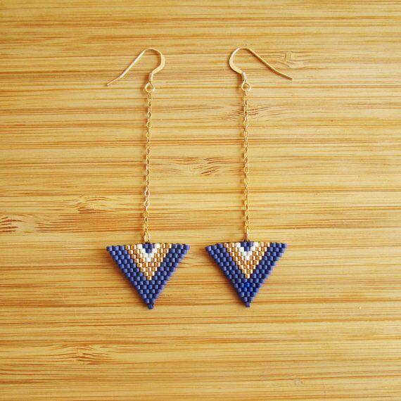 Bungelende oorbellen vorm genaaid driehoek hand met Miyuki delicas blauwe matte, gouden en witte kralen mariene gebroken mast. String en stropdas verguld of goud 14 karaat gevuld. Mogelijkheid van het aanvragen van de gewenste lengte.