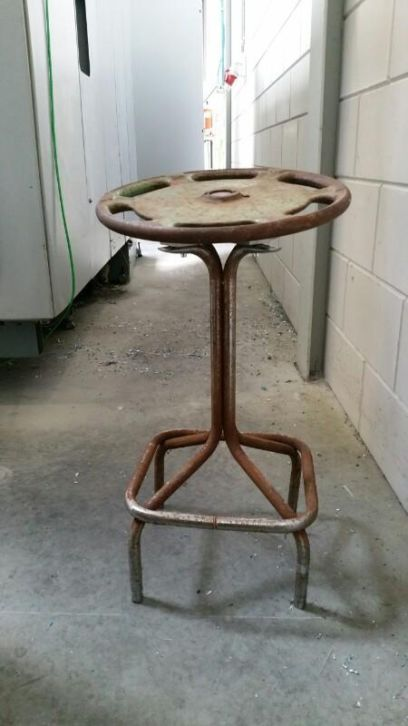 industriële steampunk kruk gemaakt van oude machine onderdelen