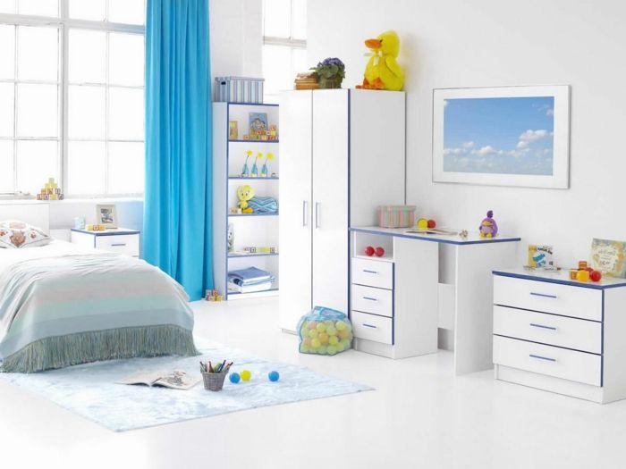 rideaux occultants de couleur bleu, chambre à coucher avec rideaux longs